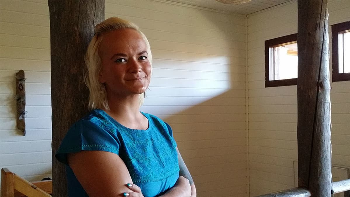Emmi Tiala nojaa kelopylvääseen kotonaan Lestijärvellä.