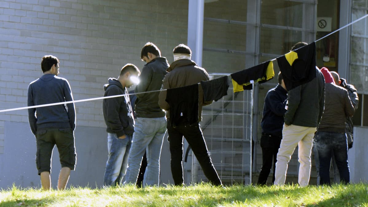 Turvapaikanhakijoita vastaanottokeskuksen pihalla.