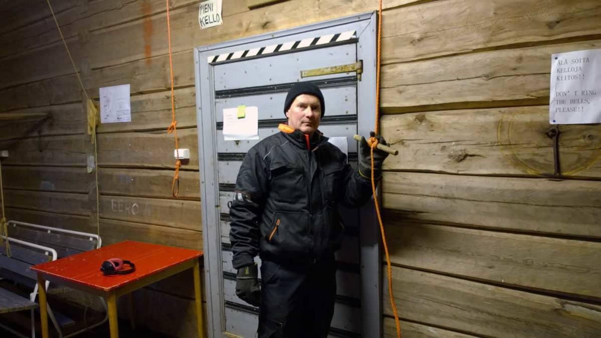 Pulkkilan kirkon kelloja soitetaan kellotapulin alakerrasta. Seurakuntamestari Risto Rainevaaralle soittovuosia on vuonna 2015 kertynyt 26.