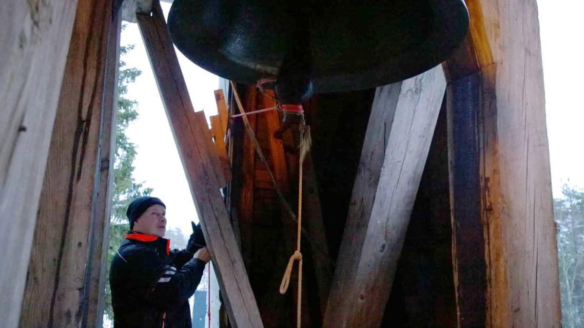 Pulkkilan kirkossa kelloja soitetaan vetämällä kellon kieli kellorunkoa eli kellomajaa vastaan, näyttää Siikalatvan seurakuntamestari Risto Rainevaara.