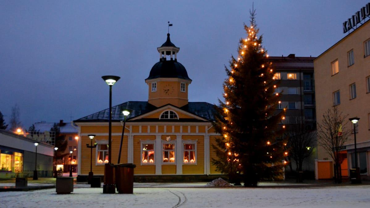 Joulukuusi Kajaanin Raatihuoneen torilla.