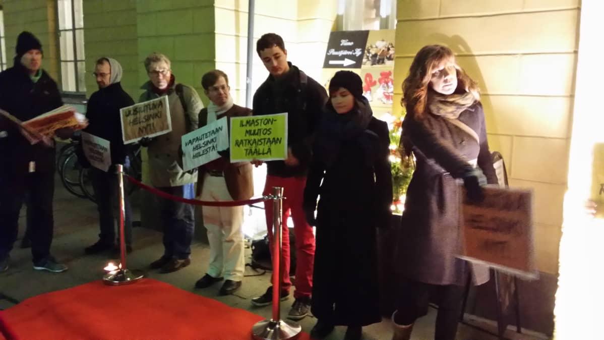 Hiilivapaa Helsinki -ryhmä odotti valtuutettuja kaupungintalon edustalla ennen kokouksen alkua.