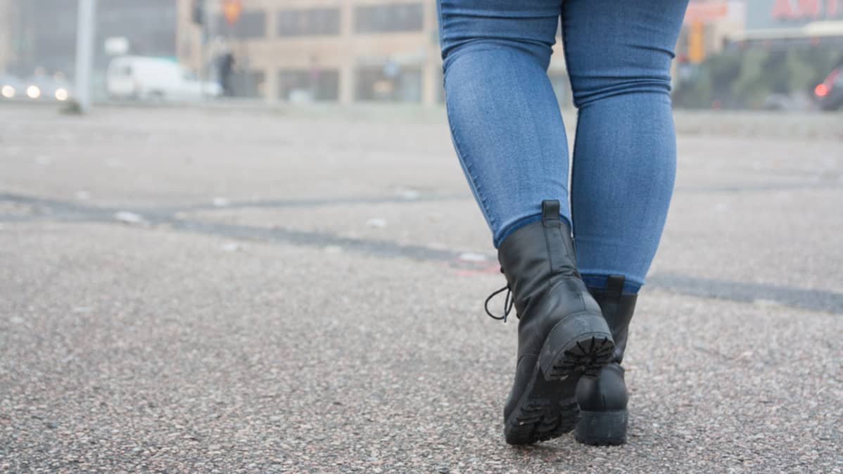 Nainen kävelee kadulla.