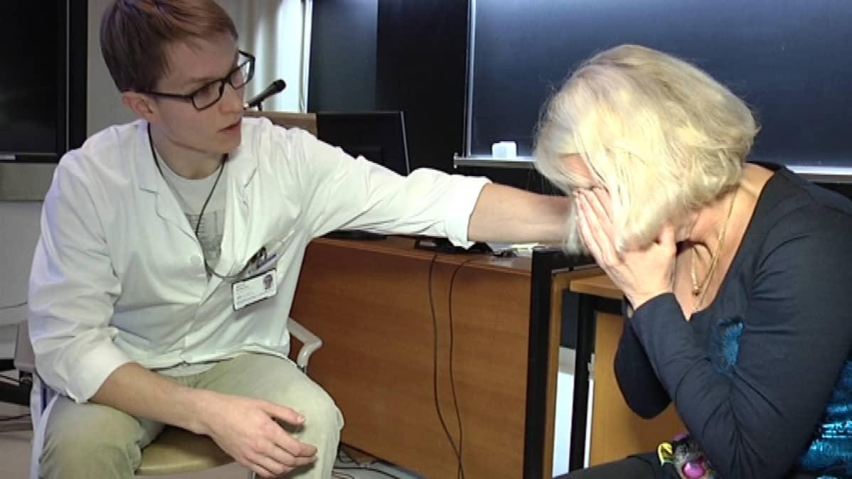 Lääkäriopiskelija ja opettaja harjoittelevat potilaan kohtaamista.