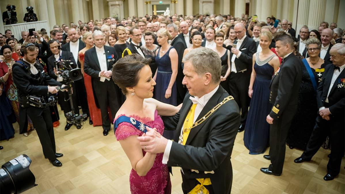 Sauli Niinistö ja Jenni Haukio tanssivat muiden katsoessa heitä.
