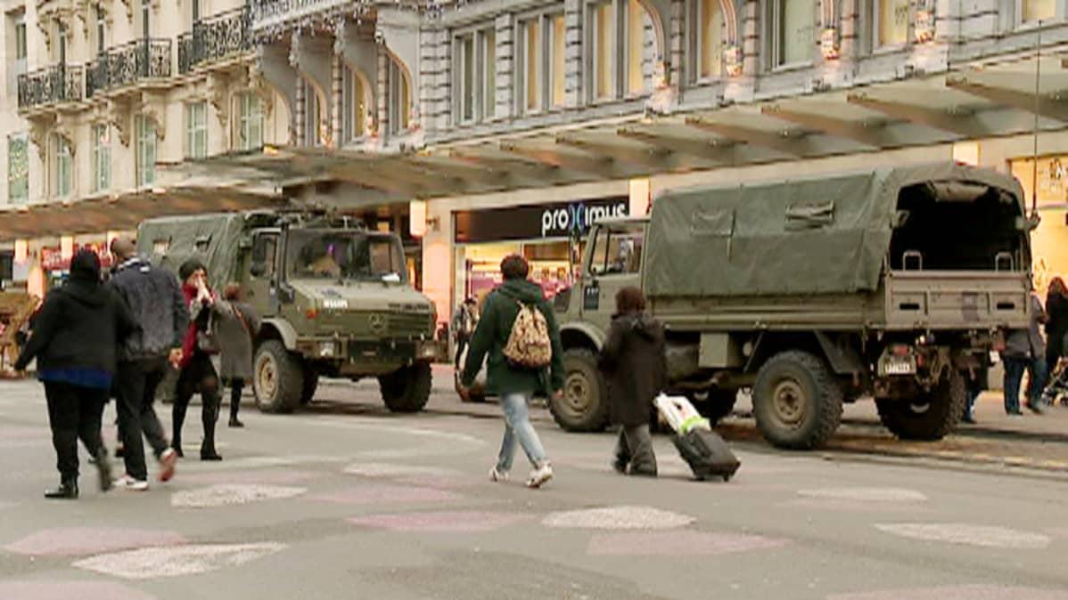 Brysselin katunäkymässä armeijan autoja.