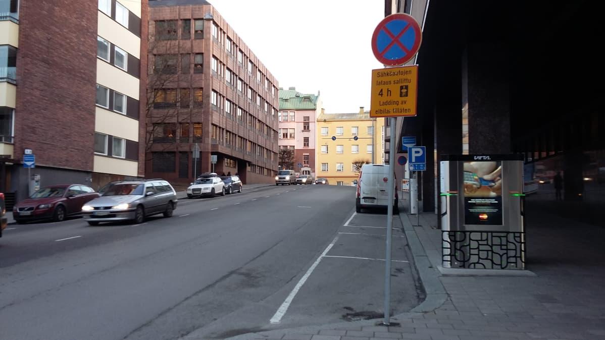 Sähköauton latauspiste Turussa, Puutarhakadulla.