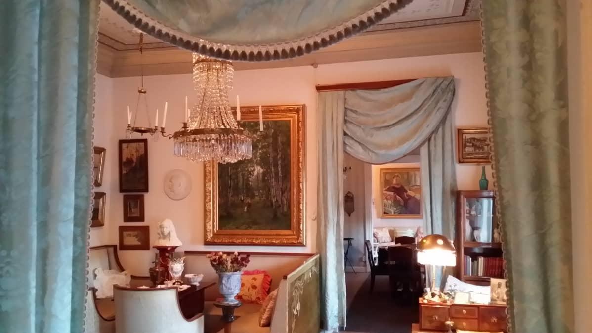 Perimmäisestä huoneesta siintää talon rouvan muotokuva.