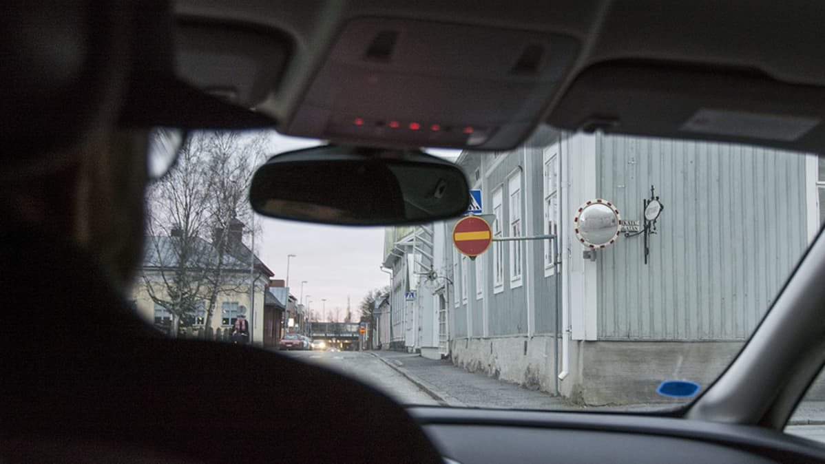 Autoilija Kokkolan keskustassa.
