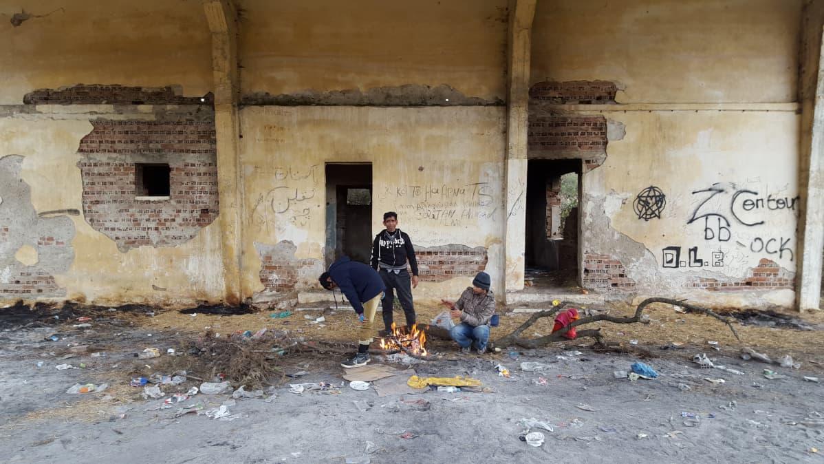 Pakistanilaiset turvapaikanhakijat Pohjois-Kreikassa. Öisin he pyrkivät rajan yli Makedoniaan laitonta reittiä.