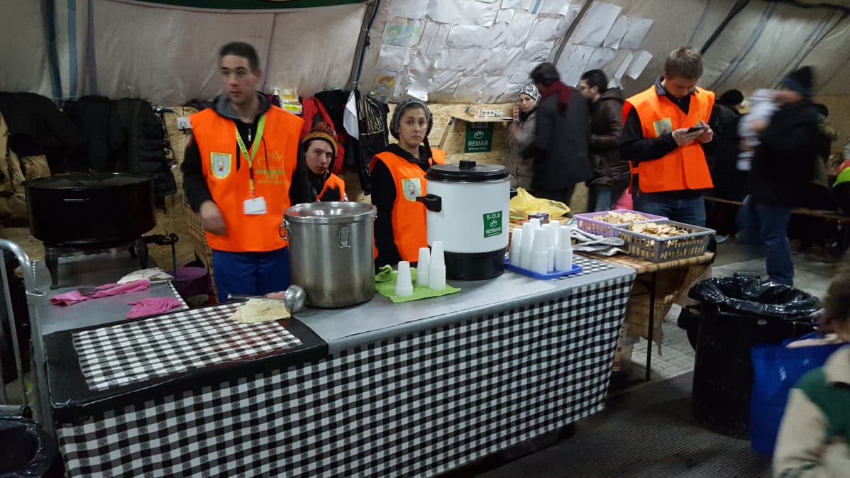 Vapaaehtoisjärjestöt jakavat ruokaa ja vaatteita virallisen reitin varrella. Tässä Preshevo, Serbia.