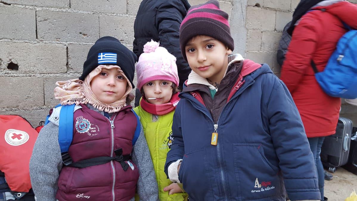 Syyrialaisia matkalla Saksaan. Lapsille jaetaan varsin hyvät varusteet matkalla.
