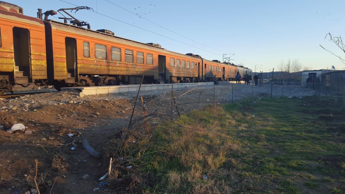Junalla kuljetaan osa matkasta. Tämä vie Makedonian läpi Serbian rajalle.