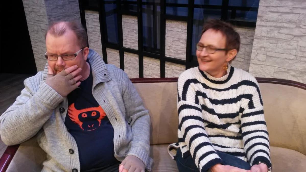 Jorma Styng Päivi Kangasniemi istuvat Oulun työväen näyttämön lavasteissa sohvalla.