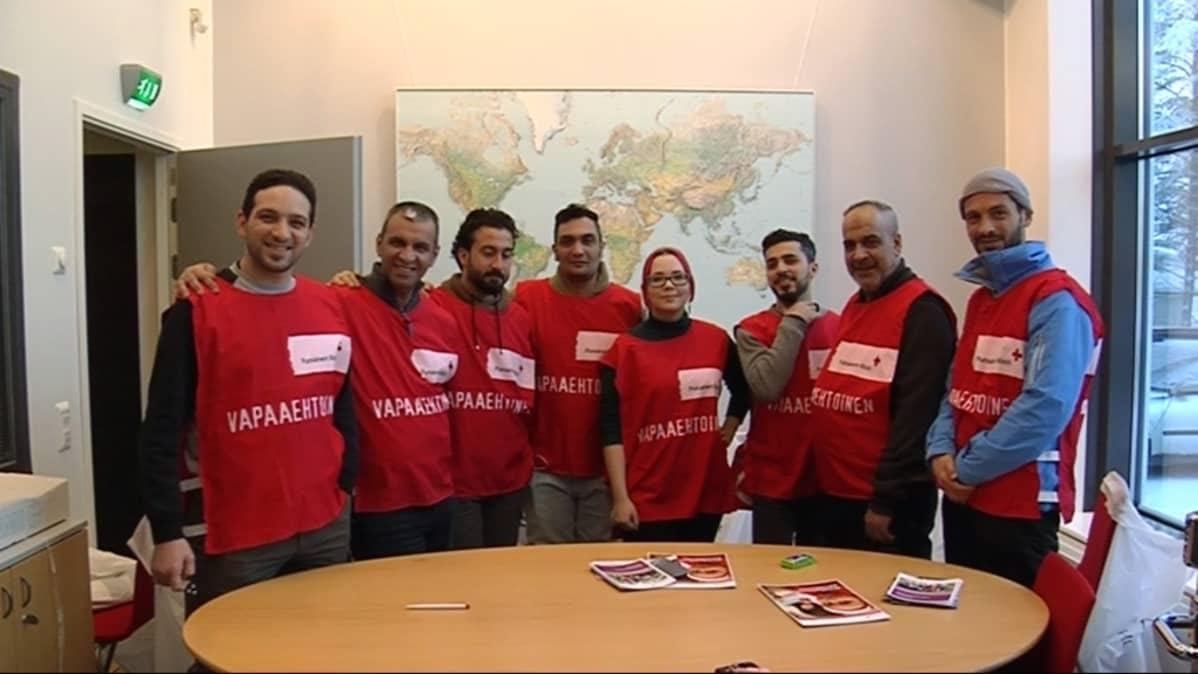 Vapaaehtoisia työntekijöitä SPR:n toimistolla