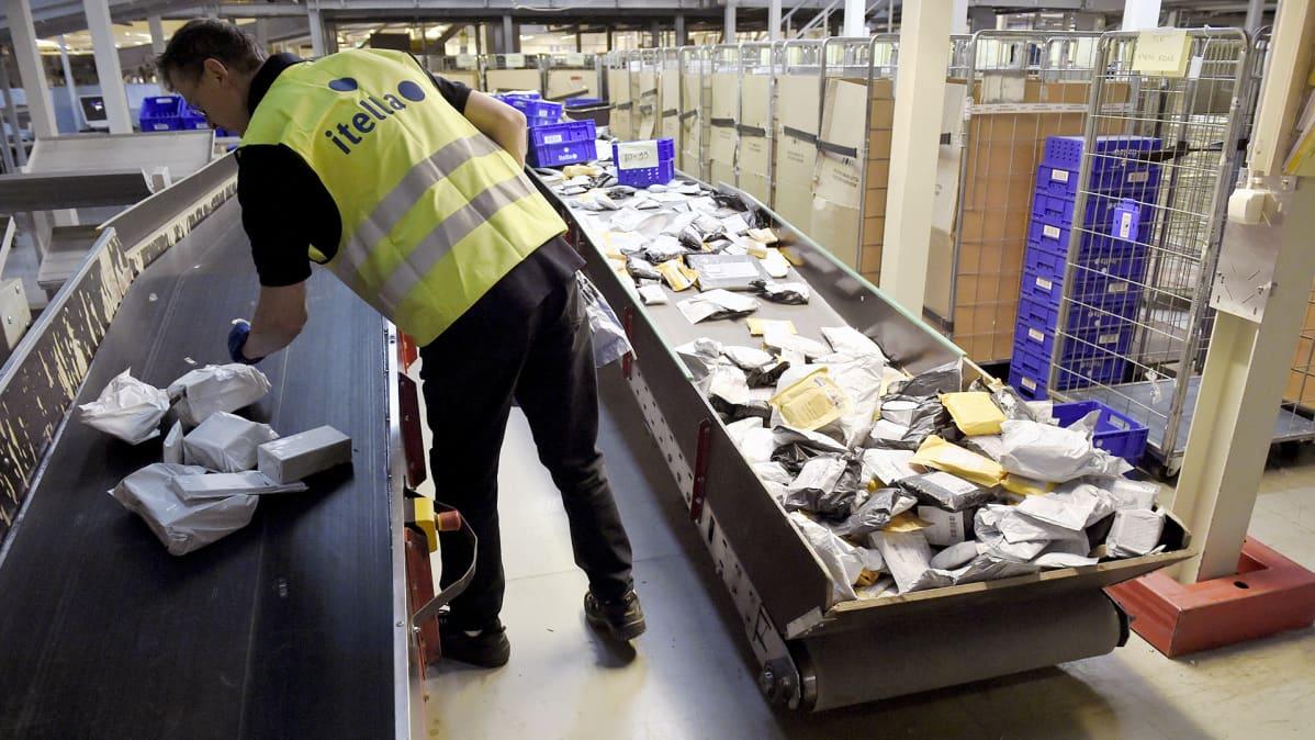 Työskentelyä Helsingin postikeskuksessa.