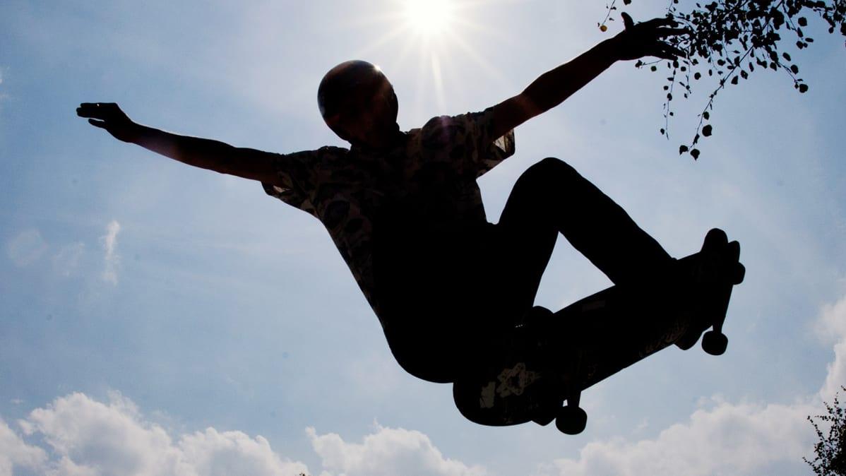 Skeittaaja hyppää rampin ylitse.