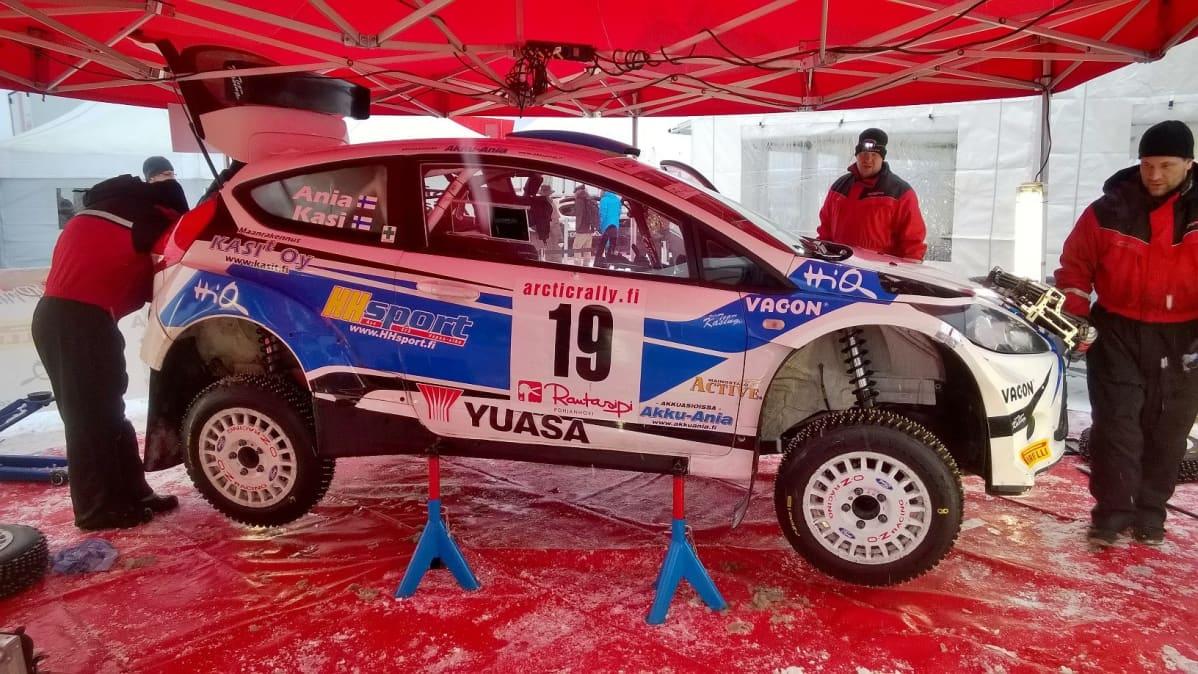 Jukka Kasin ralliauto huollossa Arctic Lapland Rallyssa 30.1.2016