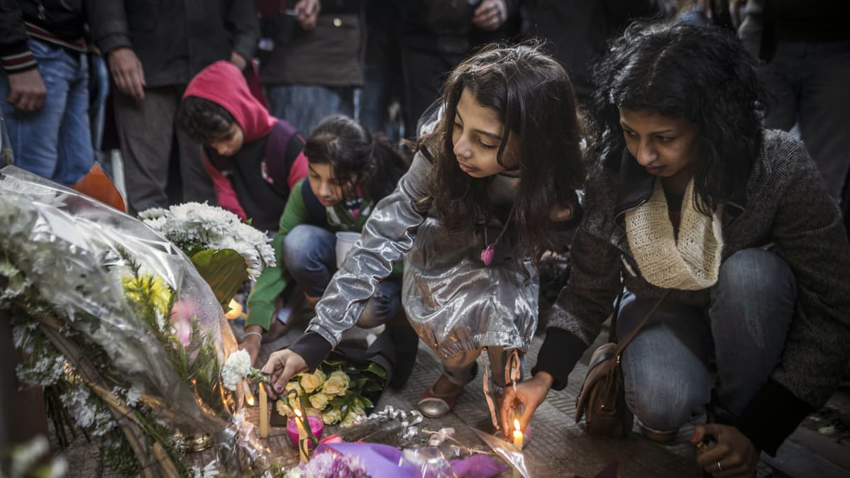 Aktivistit kunnioittavat Giulio Regenin muistoa Italian suurlähetystön edustalla Kairossa.