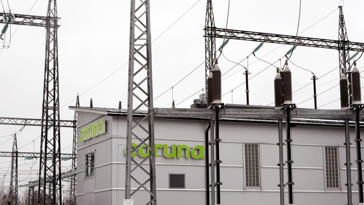 Sähkönsiirtoyhtiö Carunan sähköasema ja sähköverkkoa Espoon Finnoossa.