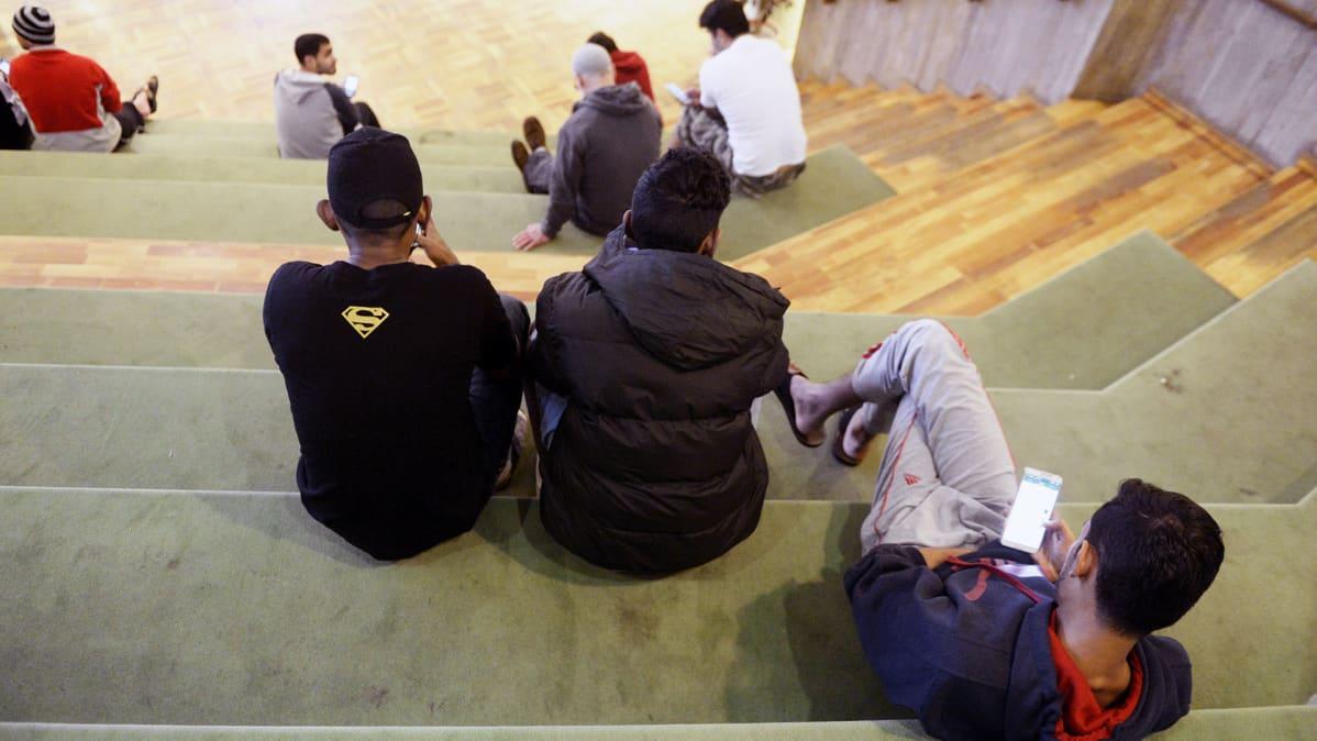 Turvapaikan hakijoita Evitskogin vastaanottokeskuksessa Kirkkonummella.