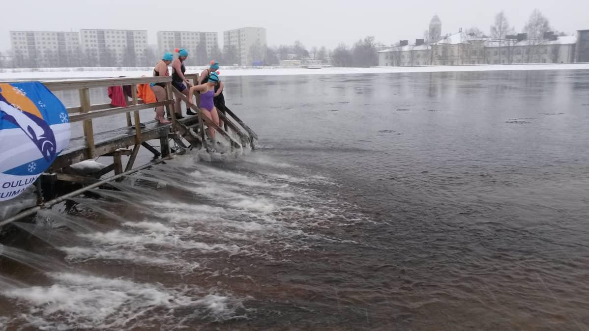 Oulun Talviuimarit ry:n viisihenkinen naisjoukkue harjoittelee Tuiran uimarannalla talviuinnin MM-kisoihin.