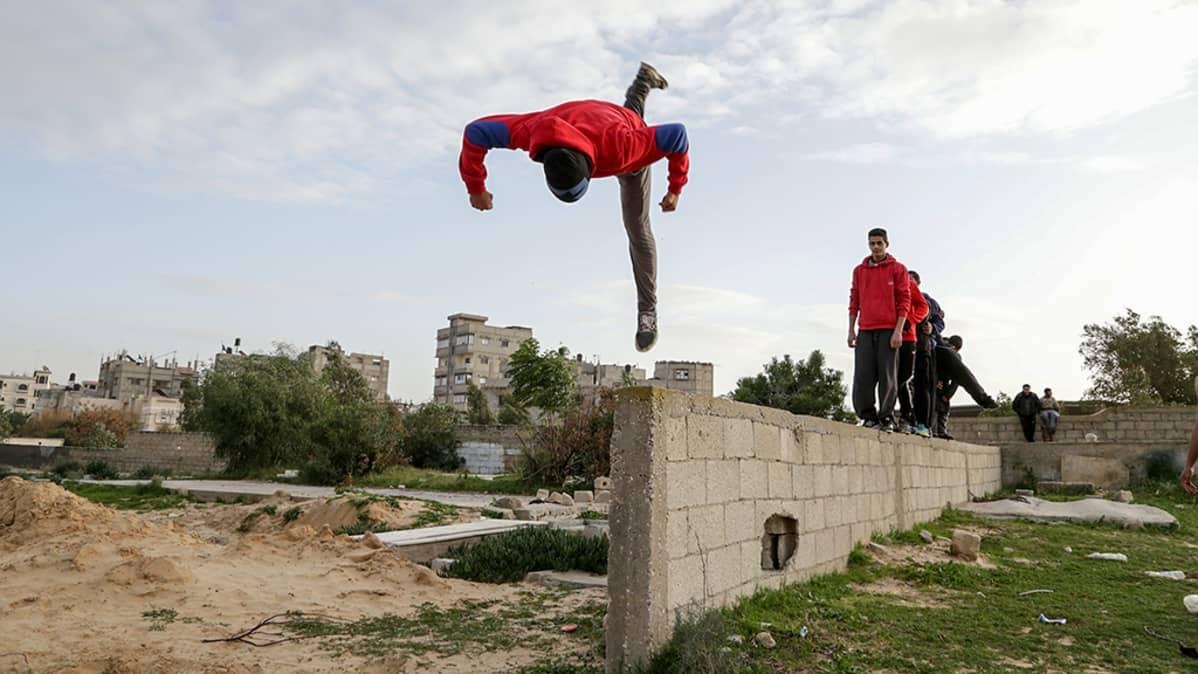 poika hypännyt ilmaan betoniaidalta