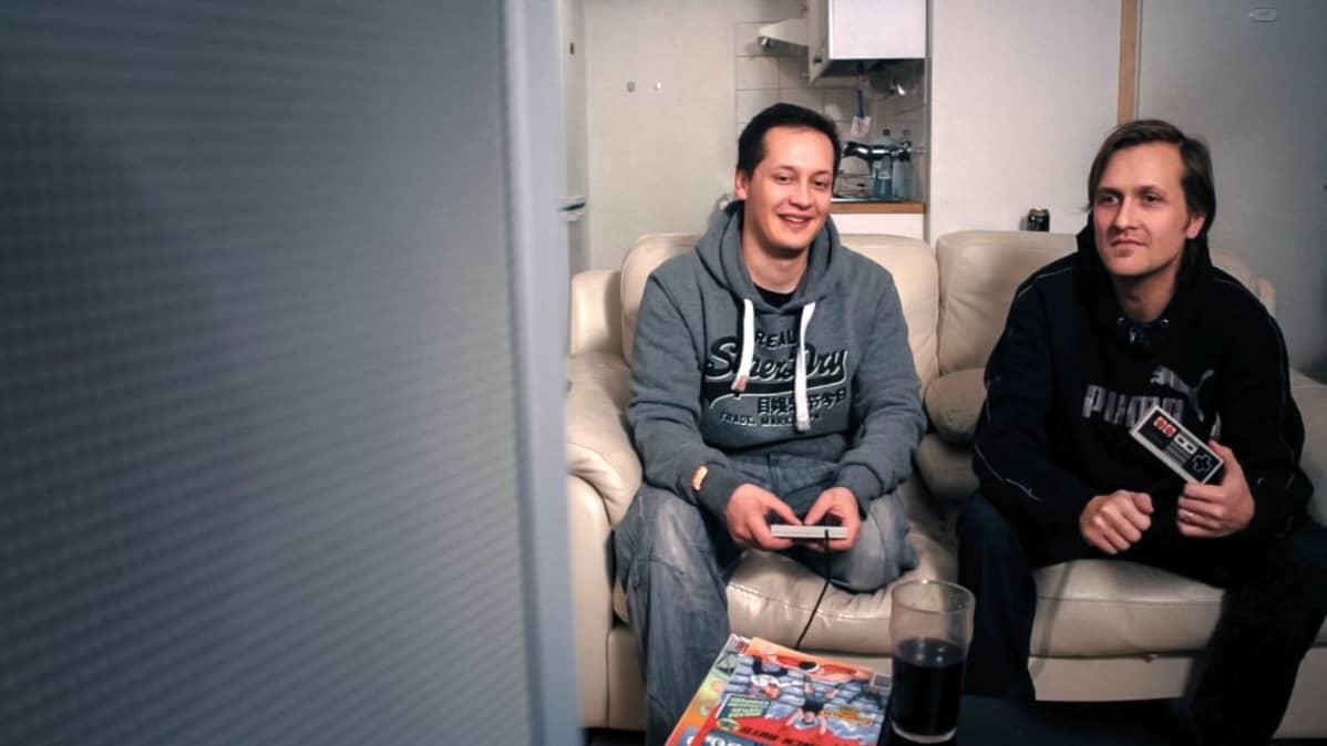 Paolo ja Petteri muistelevat hyviä ja huonoja pelejä lapsuudestaan.