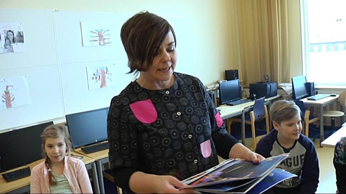 Anna-Riitta Partanen ja Länsiharjun koulun draamatyöpaja