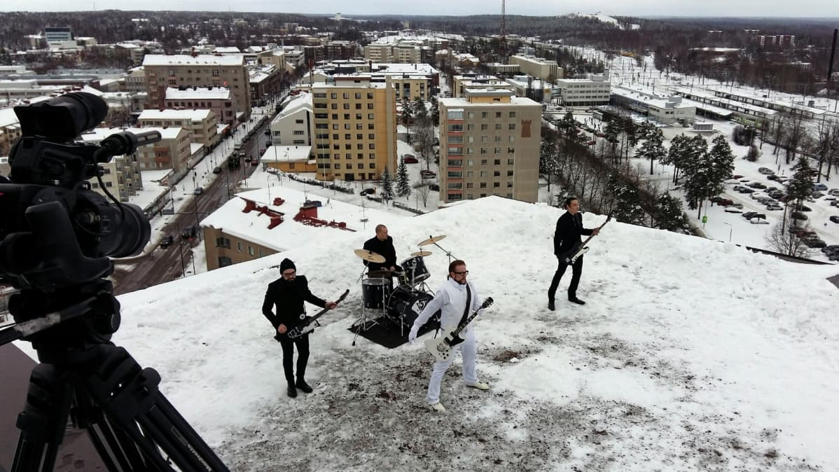 Viikate-bändi Pohjola-talon katolla
