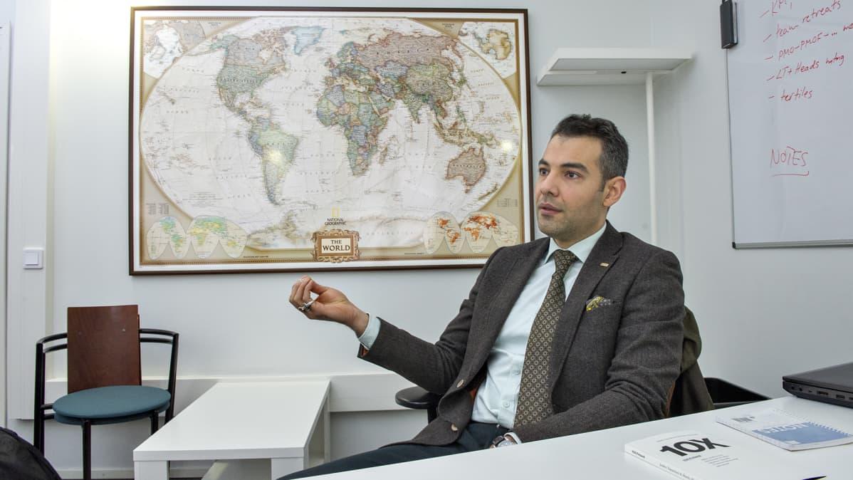 Hussein al-Taee CMI:n toimistolla helmikuussa 2016.