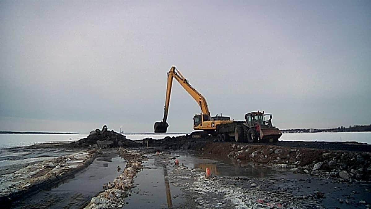 Laihianjoen ja Sulvanjoen suulla Vaasassa tehdään ruoppauksia tulvariskien pienentämiseksi.