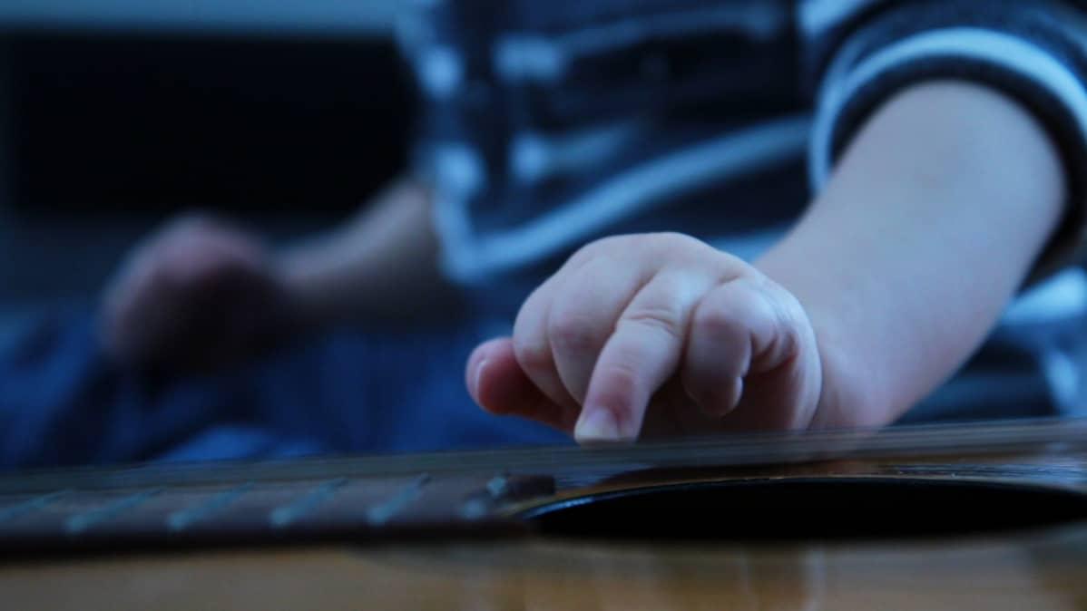 Pienen lapsen käsi