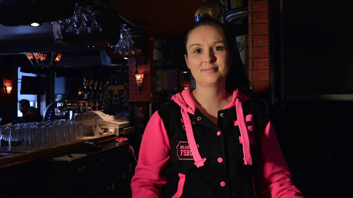 Ravintoloitsija Hanna Kuvaja baarissaan.