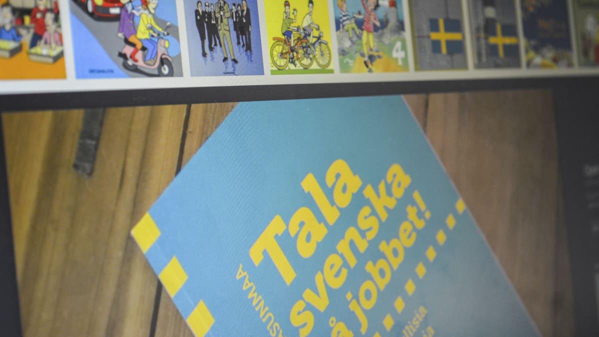 """Ruotsinkielisten oppikirjojen kansikuvia tietokoneen ruudulla. Alimman kirjan kannessa lukee """"Tala svenska på jobbet!"""""""