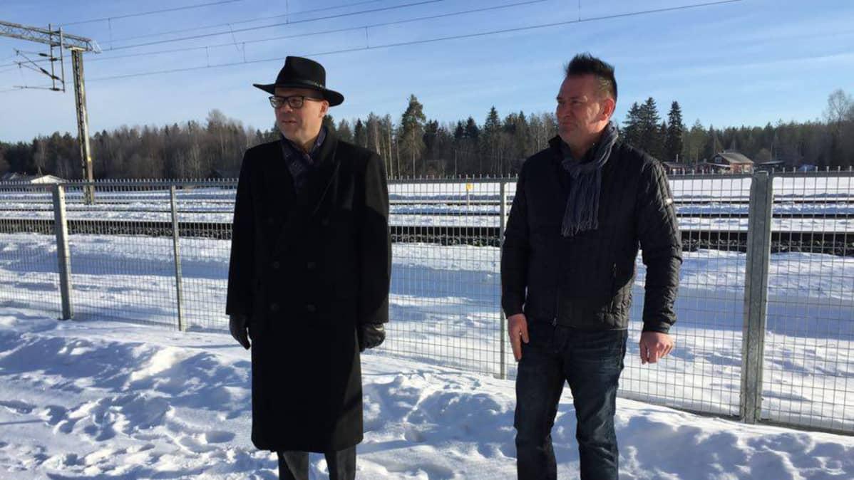 Kauhavan kaupunginjohtaja Markku Lumio (vas.) ja PowerParkin johtaja Mikko Kiviluoma Härmän asemalla.
