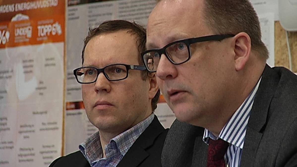 Vaasan kaupungin talousjohtaja Jan Finne ja kaupunginjohtaja Tomas Häyry kertoivat kaupungin viime vuoden tilinpäätöksestä.