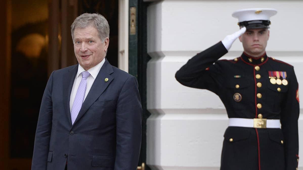 Presidentti Sauli Niinistö saapumassa Valkoiseen taloon työillalliselle.