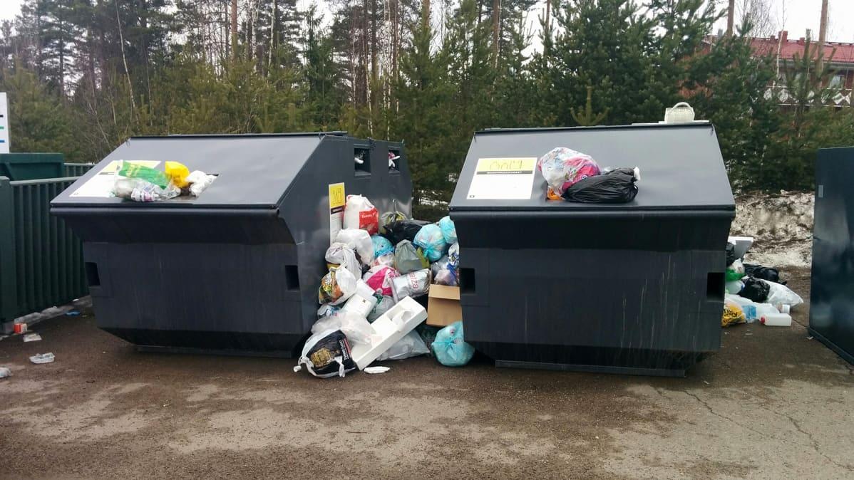 Muovikasa täysien muovinkeräysastioiden vieressä