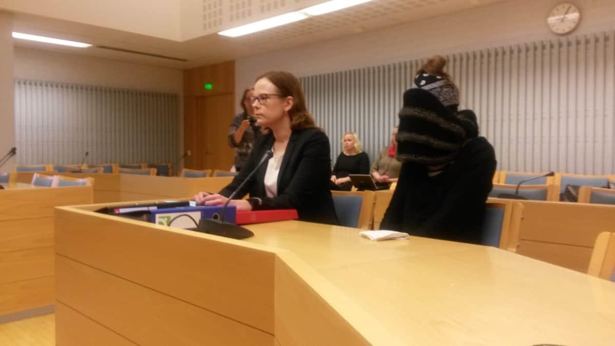 Asianajaja Meeri Palosaari ja vauvasurmista tuomittu nainen Rovaniemen hovioikeuden istunnossa Oulun oikeustalolla.