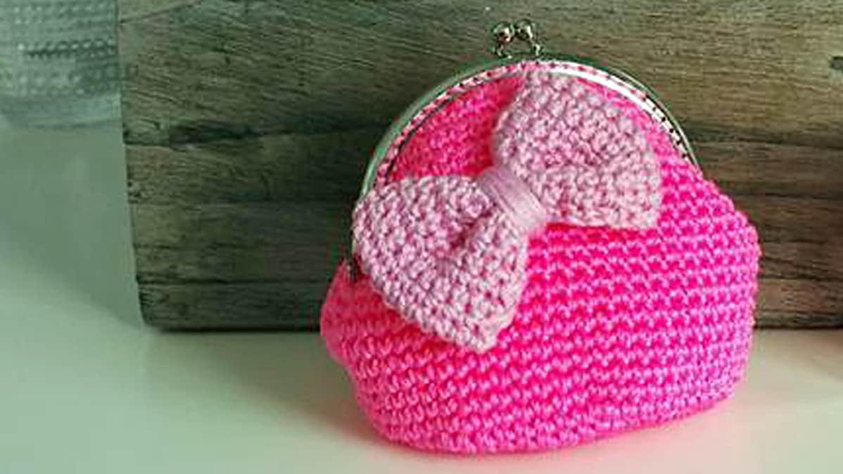 pinkistä muurausnarusta virkattu laukku.