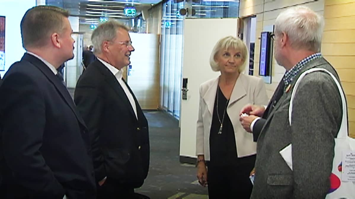 Kallasvuo ja muita yhtiökokouksen osanottajia.