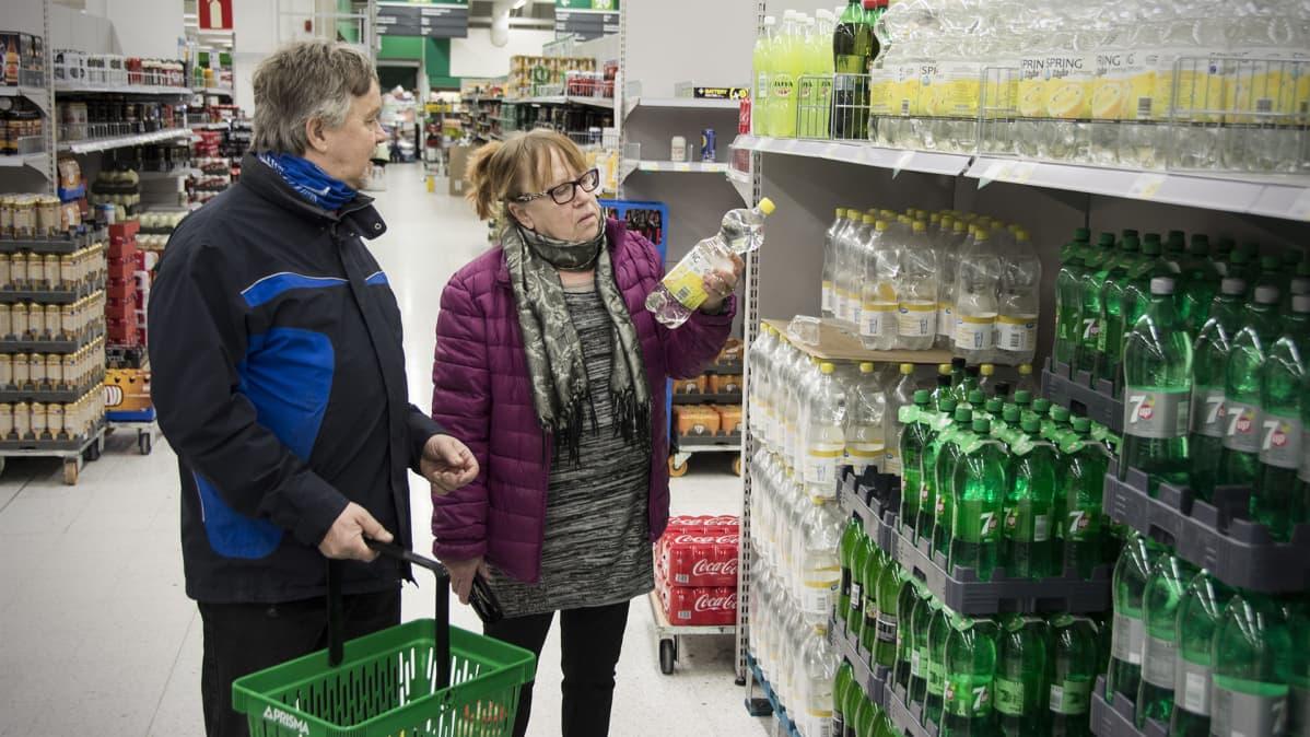 Anneli ja Matti Haapaniemi ostoksilla.