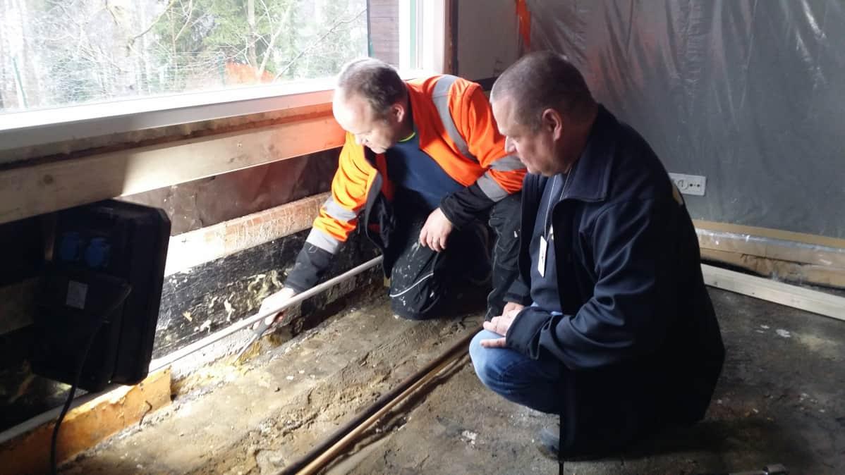 Petri Vainio ja Pentti Janhonen valesokkelityömaalla.