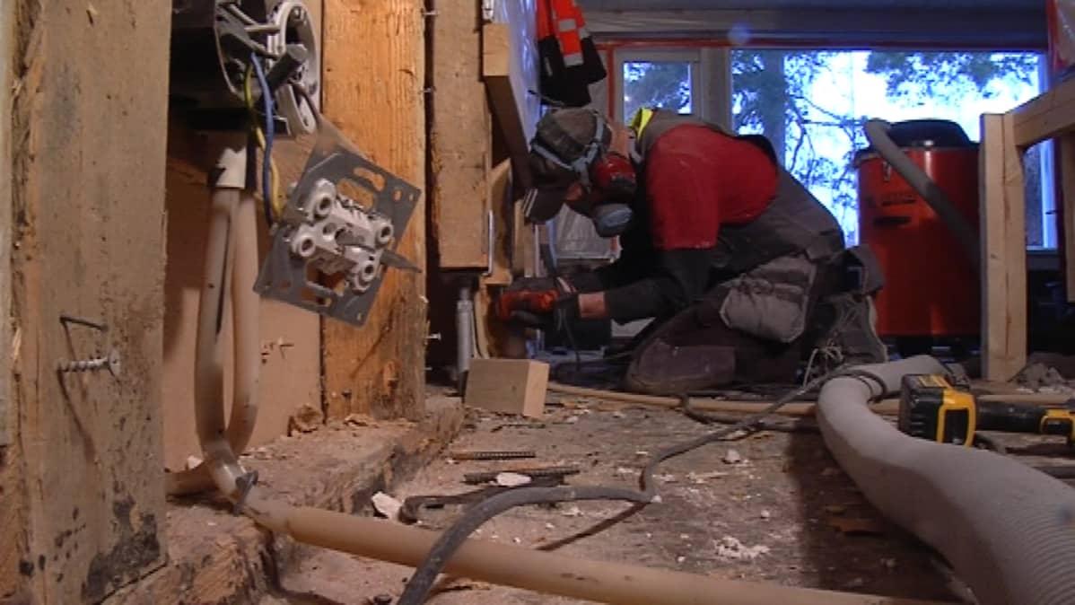 Valosokkelin kosteusvaurio korjataan vaihtamalla kaikki puuosat.