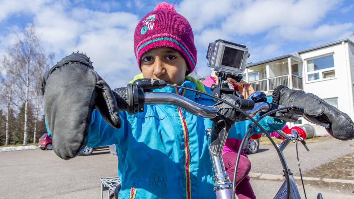 Turvapaikanhakijalapsi lahjoitetun pyörän ohjaimissa