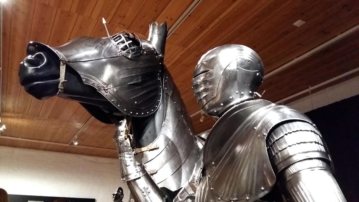 Haarniskoitu hevonen ja ritari Heavy Metal -näyttelyssä