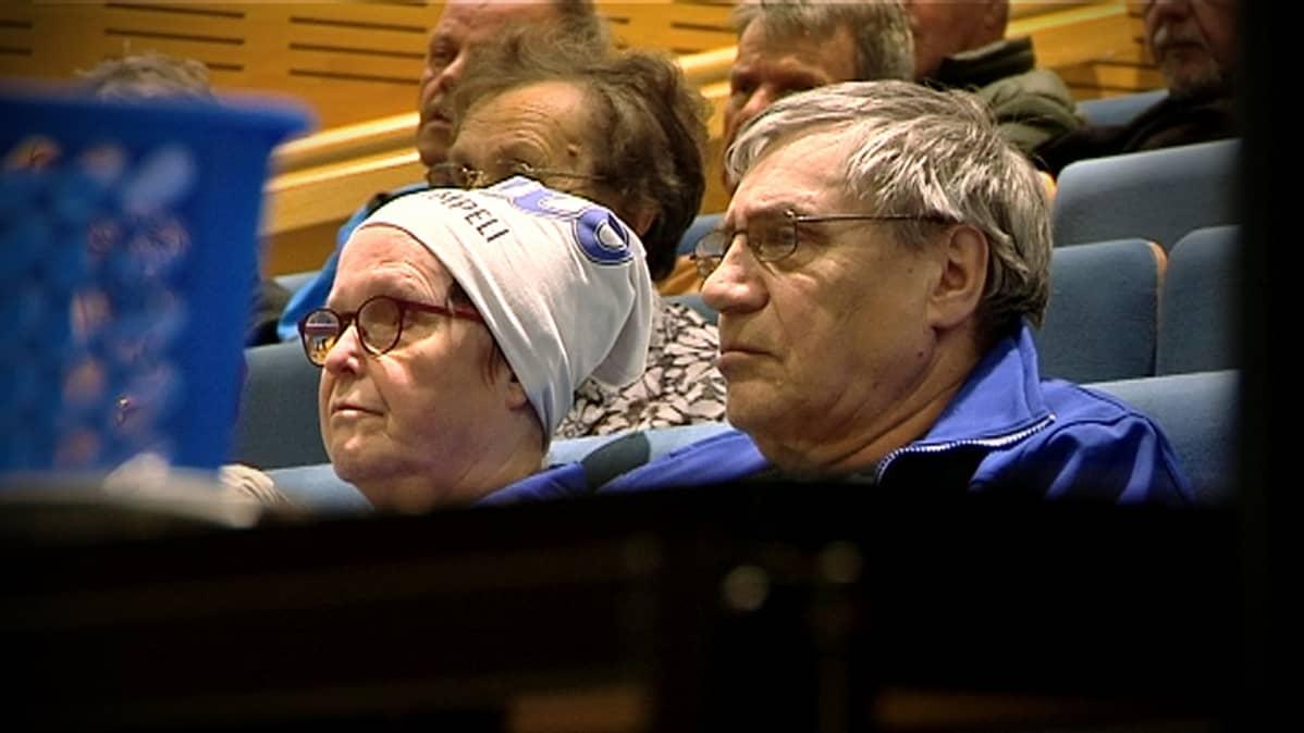 Yleisöä Vimpelin kunnanvaltuuston kokouksessa.