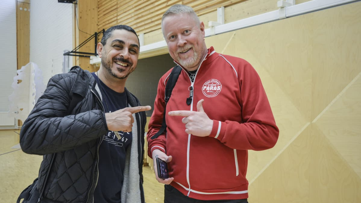 Arman Alizad ja Marko Karvonen osoittavat toisiaan sormella ja nauravat kameralle.