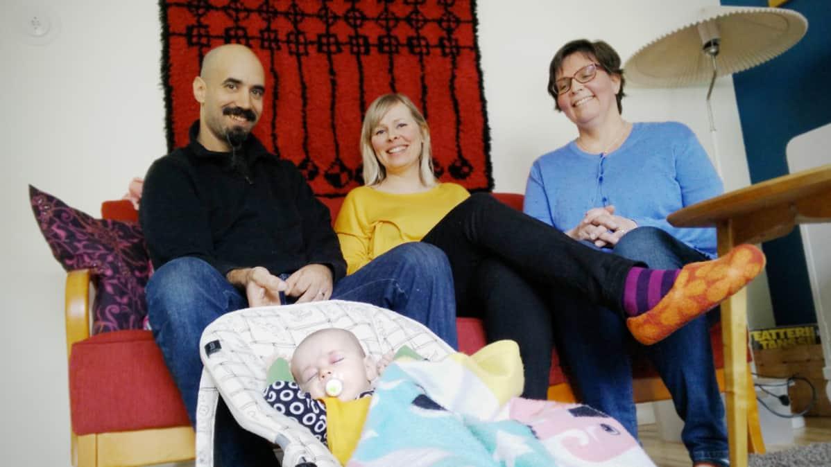 Doula Kirsi Pöykkö toimi Minna ja Rami Syedin tukena synnytyksessä